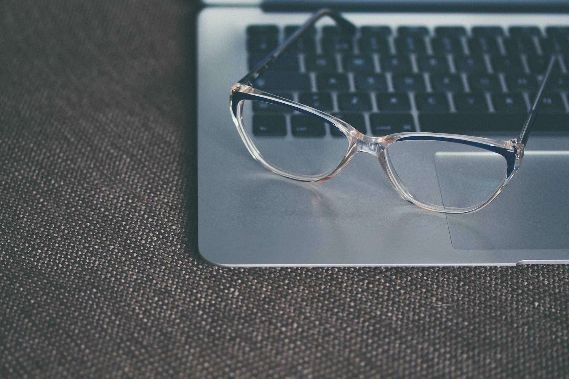 Weniger Augenstress vor dem Bildschirm mit einer Arbeitsplatzbrille