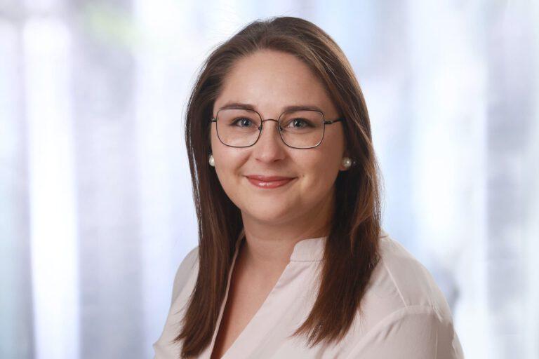 Elena Dumovov, Augenoptikerin